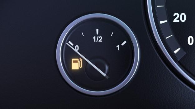 مضرات رانندگی در هنگام روشن شدن چراغ بنزین
